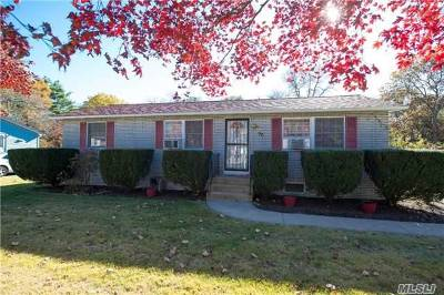 Bay Shore Single Family Home For Sale: 90 Beldon Ln