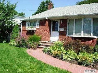 Huntington Single Family Home For Sale: 19 Oakley Dr