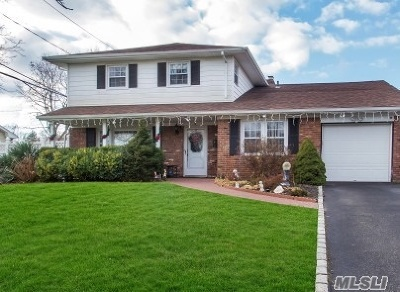 Smithtown Single Family Home For Sale: 18 Marquette Dr