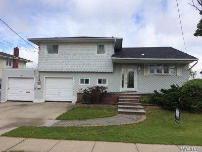 Freeport Single Family Home For Sale: 31 Laurette Ln