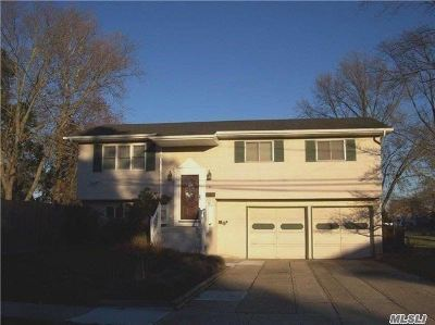 Bay Shore Single Family Home For Sale: 81 Ithaca St