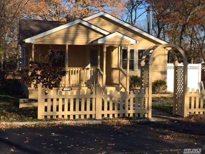Farmingville Single Family Home For Sale: 31 Oaklawn Ave