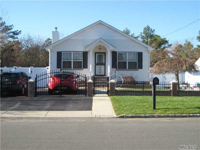 Suffolk County Single Family Home For Sale: 624 Hoffman Ave