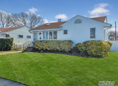 Nassau County Single Family Home For Sale: 11 Hubbard Ave