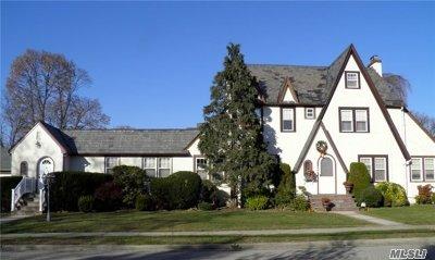 Nassau County Single Family Home For Sale: 146 Trinity Pl