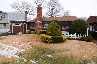 Lynbrook Single Family Home For Sale: 181 Surrey Commons