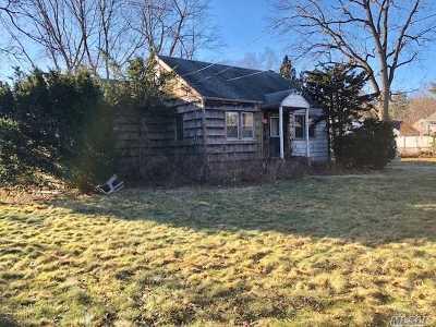 Huntington Sta NY Single Family Home For Sale: $265,000
