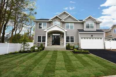 Jericho Single Family Home For Sale: 132 Hazelwood Dr