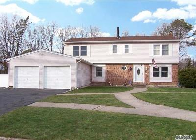 Holbrook Single Family Home For Sale: 8 Dover Ct