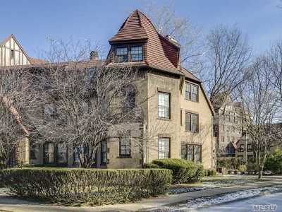 Forest Hills Single Family Home For Sale: 7 Middlemay Cir
