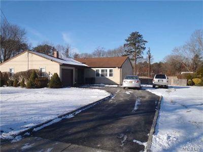 Bohemia Single Family Home For Sale: 932 Pond Rd