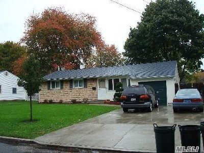 central Islip Single Family Home For Sale: 17 Yalta Dr