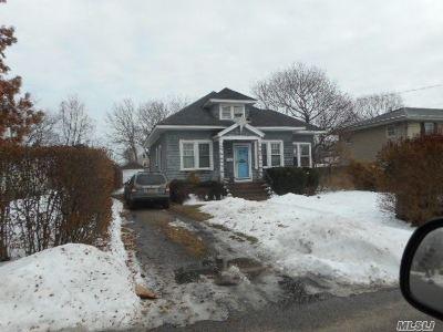 Bay Shore NY Single Family Home For Sale: $239,900