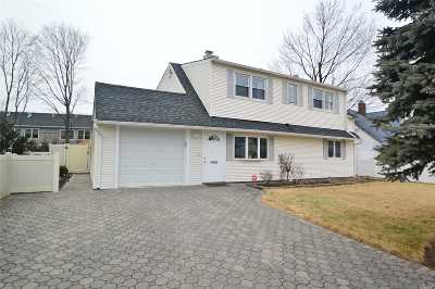 Westbury Single Family Home For Sale: 23 Friends Ln