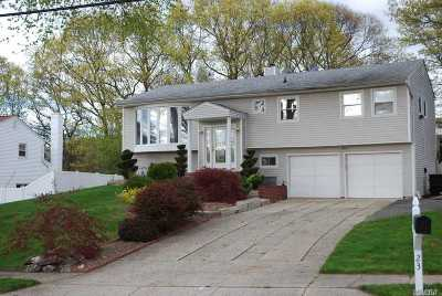 Hauppauge Single Family Home For Sale: 23 Ridge Ct
