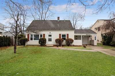 Nassau County Single Family Home For Sale: 87 Hickory Ln