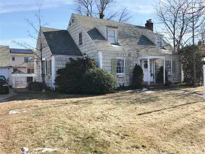 Lindenhurst Single Family Home For Sale: 536 S Broadway