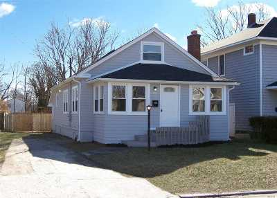 Patchogue Single Family Home For Sale: 218 Oak St
