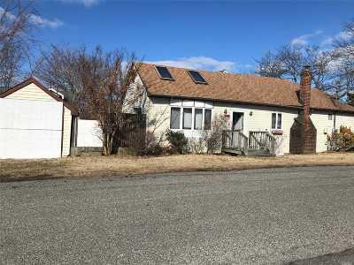 Lindenhurst Single Family Home For Sale: 799 Pecan St