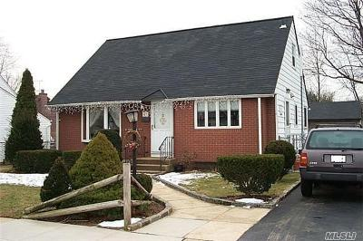 Hicksville Single Family Home For Sale: 43 Woodcrest Rd