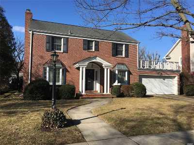 Garden City Single Family Home For Sale: 166 Roxbury Rd