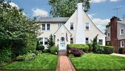 Rockville Centre Single Family Home For Sale: 19 Lawrence Place