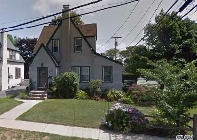 Merrick Single Family Home For Sale: 9 York Pl