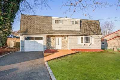 Selden Single Family Home For Sale: 16 Bear St