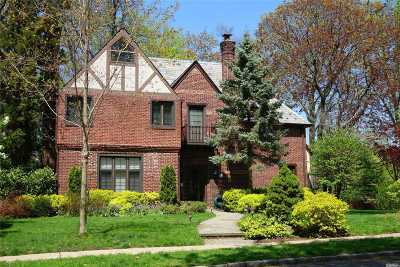 Great Neck Single Family Home For Sale: 41 Wensley Dr