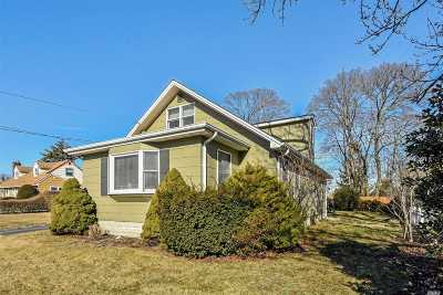 Patchogue Single Family Home For Sale: 19 Gladiola St
