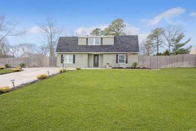 Holtsville Single Family Home For Sale: 6 Honeysuckle Ln