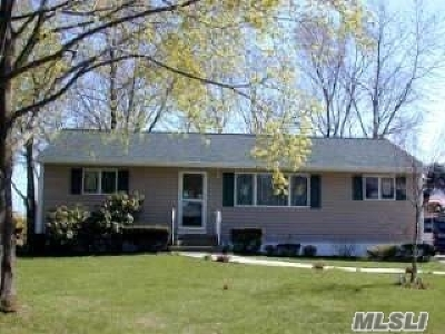 Centereach Single Family Home For Sale: 18 W Court Dr