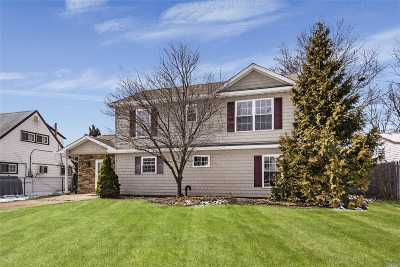 Levittown Single Family Home For Sale: 22 Pleasant Ln