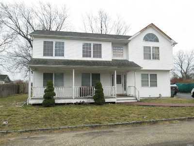 Bay Shore NY Single Family Home For Sale: $370,000