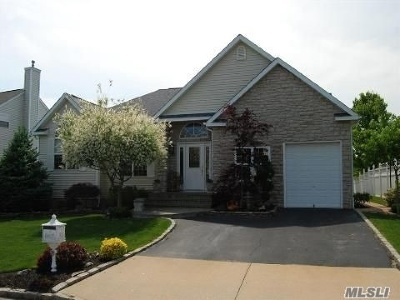 Holtsville Single Family Home For Sale: 55 Blueberry Ridge Dr