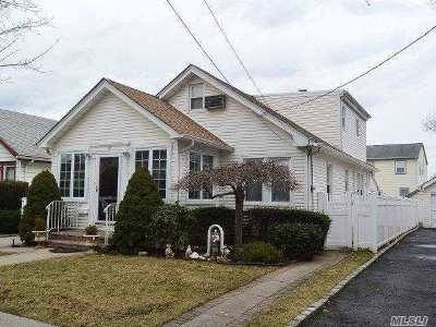 Lynbrook Single Family Home For Sale: 22 Yale Pl