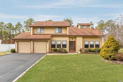 Suffolk County Single Family Home For Sale: 9 Rolling Hills Dr