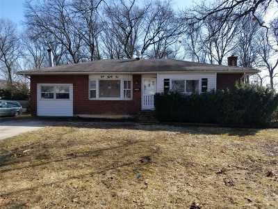 Bay Shore NY Single Family Home For Sale: $185,000