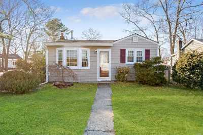 Suffolk County Single Family Home For Sale: 72 Parkway Blvd
