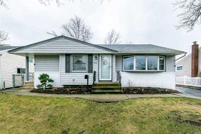 Hicksville Single Family Home For Sale: 126 Cambridge Dr