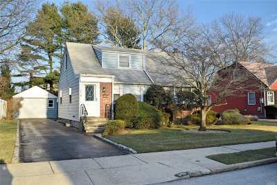 East Meadow Single Family Home For Sale: 923 Winthrop Dr