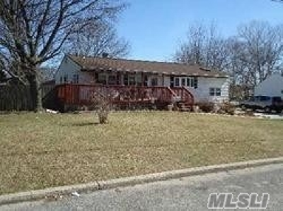 Bay Shore Single Family Home For Sale: 30 Amfer Ct