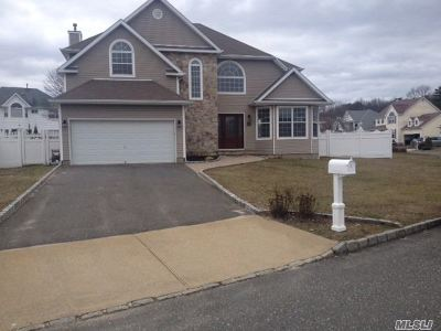 Holtsville Single Family Home For Sale: 45 Blueberry Ridge Dr