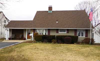 Levittown Single Family Home For Sale: 9 Star Ln