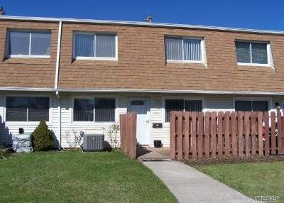 Holtsville Condo/Townhouse For Sale: 100 Storm Dr