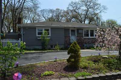 Farmingville Single Family Home For Sale: 207 Berkshire Dr