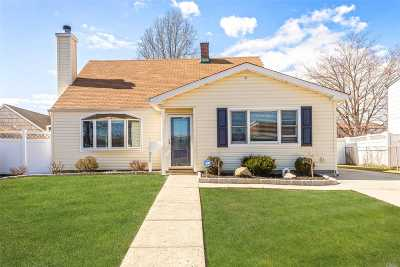 Levittown Single Family Home For Sale: 300 Gardiners Ave
