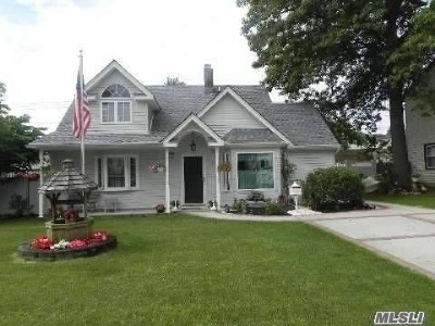 Levittown Single Family Home For Sale: 62 Dogwood Ln