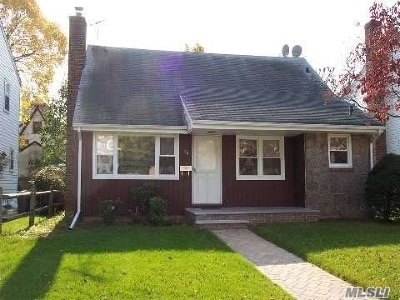 Malverne Single Family Home For Sale: 34 Utterby Rd