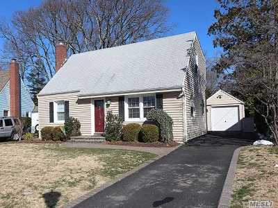 Merrick Single Family Home For Sale: 43 Briarcliff Dr
